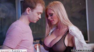 الطالب يمارس الجنس لأول مرة فى حياته مع المعلمة ذات النهود الكبيرة