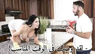 سكس مترجم - سيبيل ستالون العاهرة تخدع رجل التوصيل بنهودها الكبيرة فى المطبخ